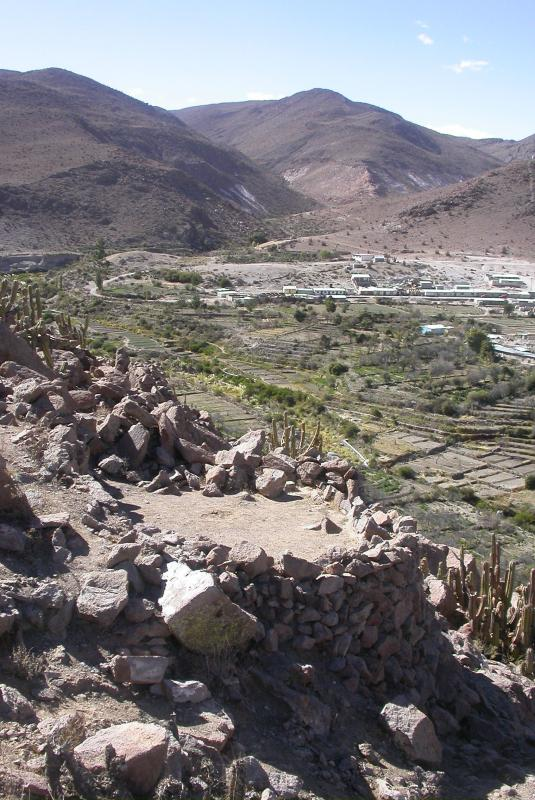 Terracing and view of a residential structure in the slope of the Pukara (Courtesy of Mauricio Uribe).